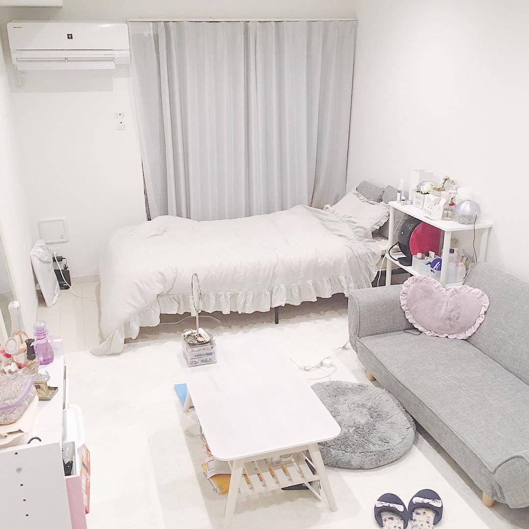 一人暮らしルーム公式アカウント On Instagram お部屋情報 1k 9帖 ホワイトがメインのお部屋ですが グレーのインテリアがアクセントになり大人っぽい雰囲気になっています さらにピンク色のクッションやコスメなどを飾 インテリア 一人暮らし