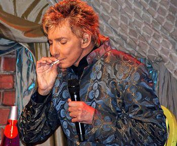 Barry Manilow røyker sigarett (eller hasj)