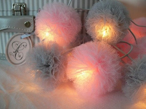 guirlande lumineuse de pompons en tulle wedding in pink and grey pinterest pompons en. Black Bedroom Furniture Sets. Home Design Ideas