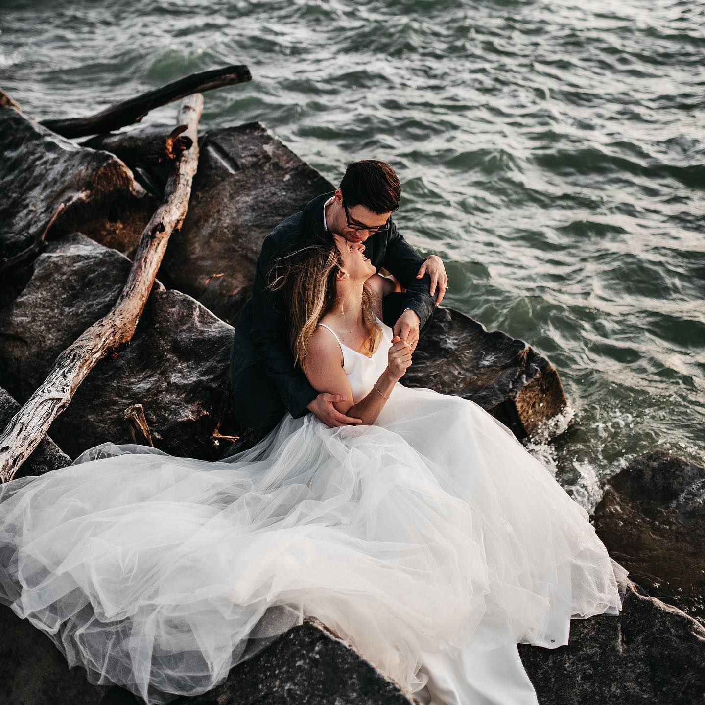 When all of the elements, wind, water, light mixed with human love come to together... some kind of magic happens 😭😭😭💛 . . . . . . . . . . #clevelandengagementphotographer #cleveland #clevelandphotographer #clevelandwedding #clevelandweddingphotographer #ohiophotographer #ohiowedding #art #nikon #nikon35mm @nikonusa #nikonwedding #photography #emotion #momentslikethese #belovedstories #akronweddingphotographer #oregonweddingphotographer #pnwphotographer #adventure