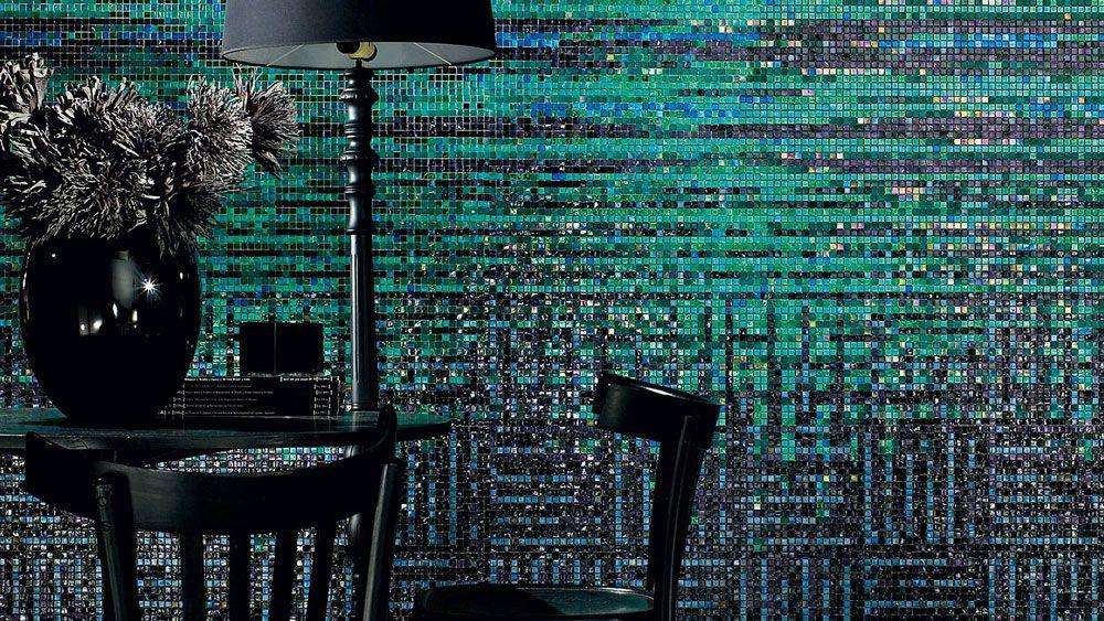 Sicis, I'Pix è una collezione di mosaici che si caratterizza per la miscela di tessere trasparenti, specchiate, zigrinate o ramate. Si ottengono così fogli dai diversi effetti adatti al rivestimento di interni. In foto è proposta il mosaico I'Pix Borealis.