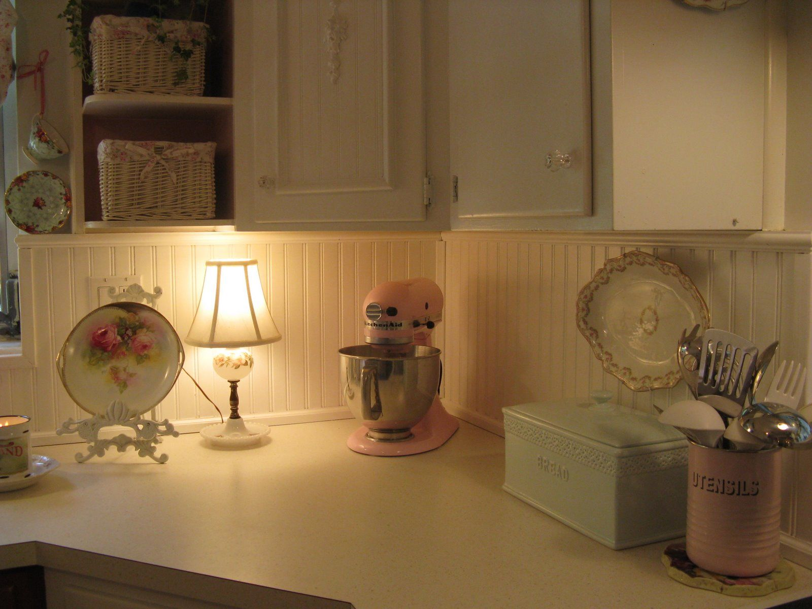 Love a lamp under the cabinet..