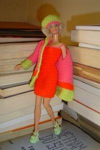 """Dans la """"grande"""" série Bouts de laine, je dis grande, car j'ai beaucoup de pelotons de toutes couleurs...voici Mosaïque, un ensemble mini- robe et veste fait avec ces restes. Barbie adore poser, et là, elle se régale... A bientôt pour une autre """"recette""""..."""