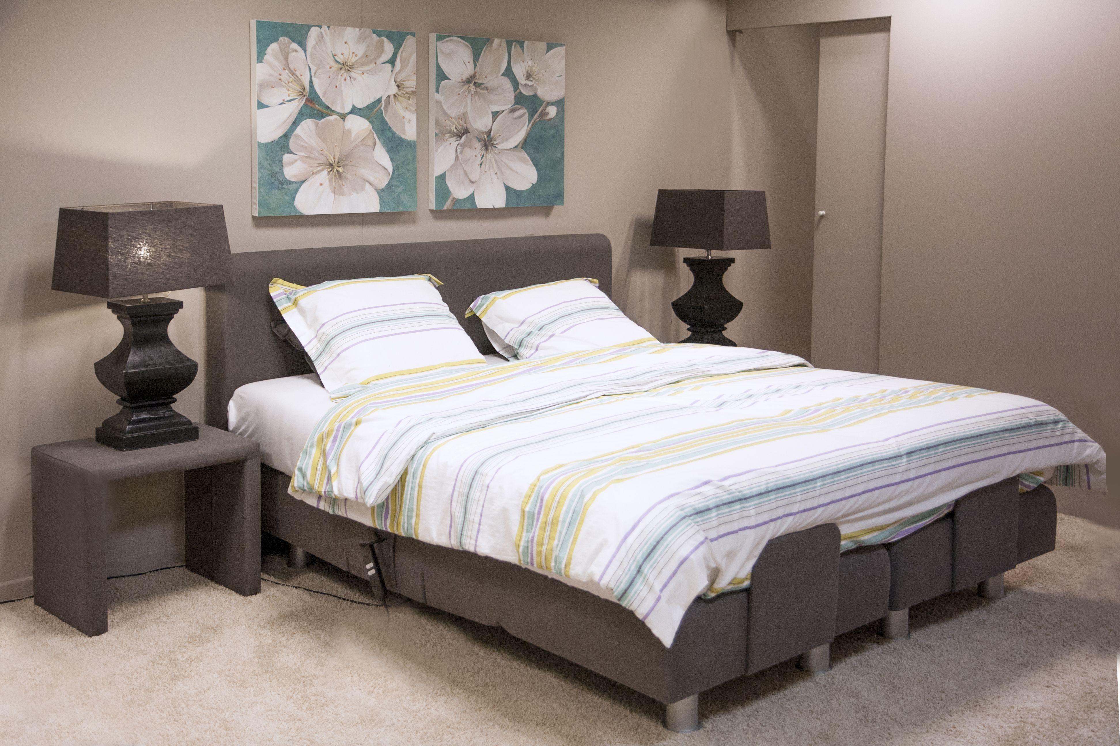 Slaapkamer met kleurrijke accenten en boxspring bed for Slaapkamer bed
