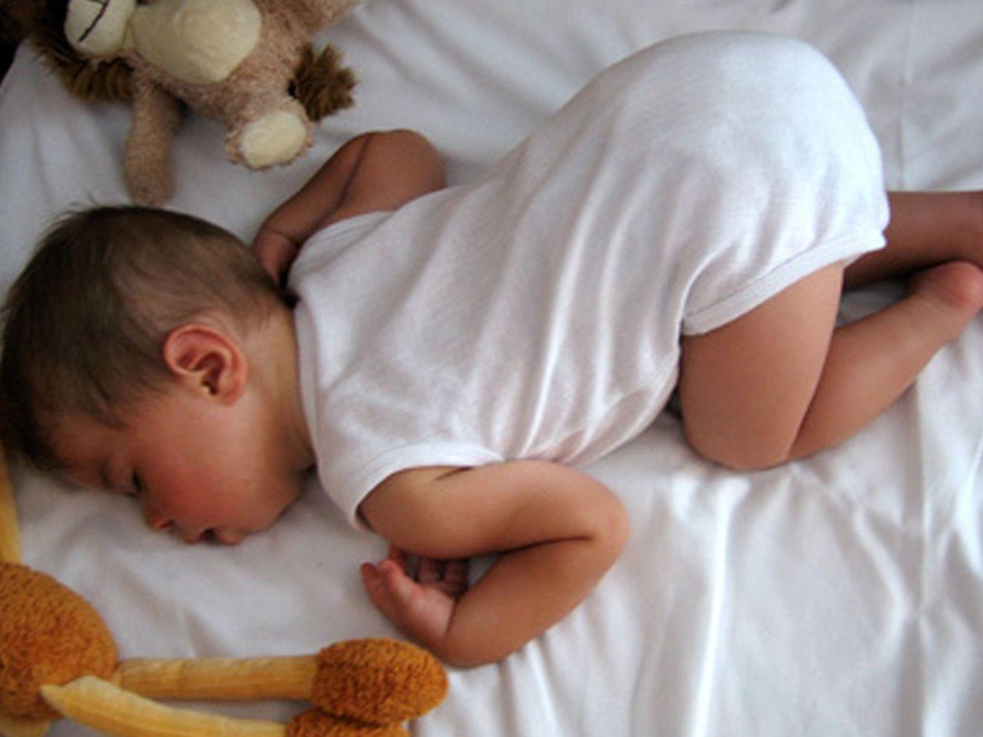In welke houding slaapt jouw kindje schattig soms for Baby op zij slapen kussen