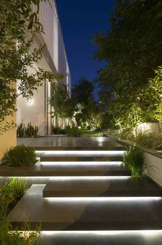 Escalera de entrada iluminada ... #landscapelightingdesign