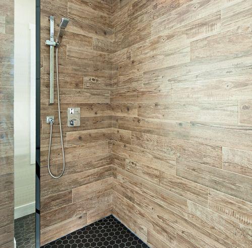 À la fois rustique et industrielle, cette salle de bain aux accents