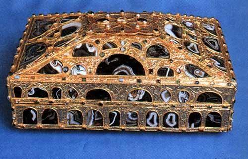 Caja de las Ágatas (Asturias, siglo X). Es una arqueta de oro y ágata, destinada a guardar reliquias. Fue donada por el hijo de Alfonso III a la catedral de Oviedo, donde se conserva en el interior de la Cámara Santa. Está considerada, junto con la Cruz de la Victoria, la Cruz de los Ángeles y la Arqueta de San Genadio, una de las cuatro obras cumbres de la orfebrería prerrománica asturiana.