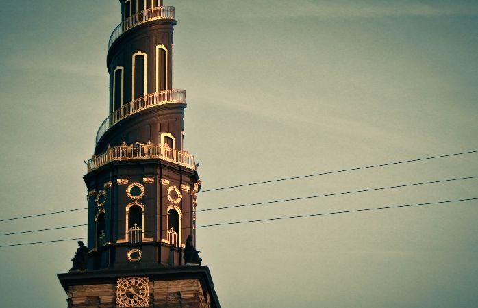 Vor Frelsers Kirke -kirkon torni on musta ja kullalla koristeltu.