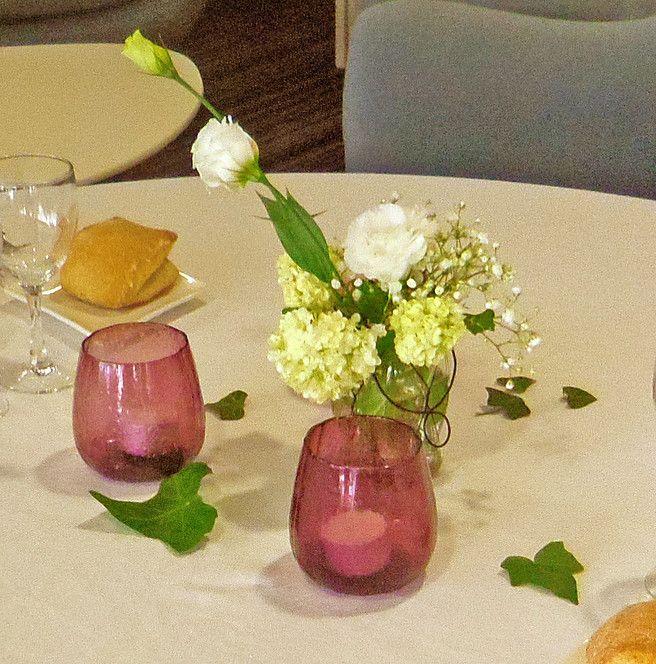 Installation du showroom pour les dégustations chez Cirette Traiteur. #sarahfarsyscénographie #whitepanama #dégustation #mariage #bocal #bouquet #white #blanc #photophore #bougie #candle #lierre #lysianthus