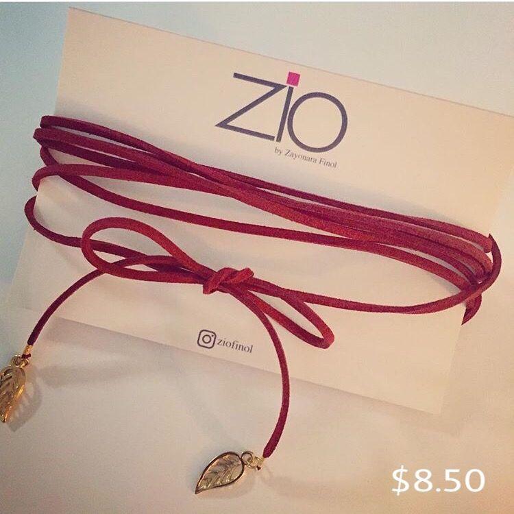Choker rojo en cordón de gamuza y detalles en oro. Sin broche.