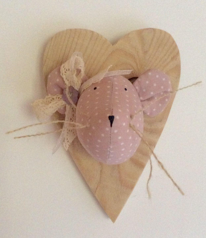 Trophée souris rose tendre à pois blanc sur cœur en bois : Décoration pour enfants par rouge-lin-et-bois