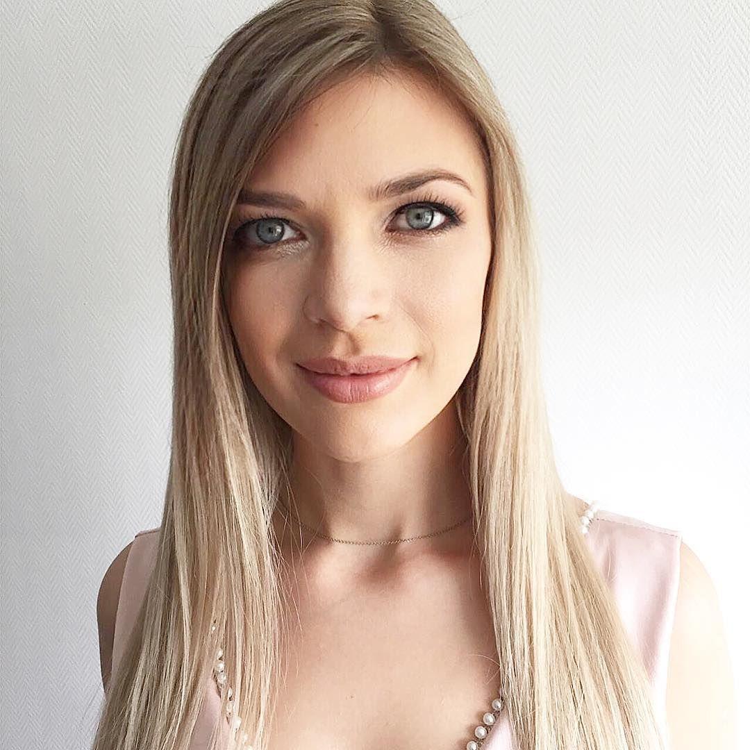 Süße Blonde Frau Gibt Interessanten Handjob
