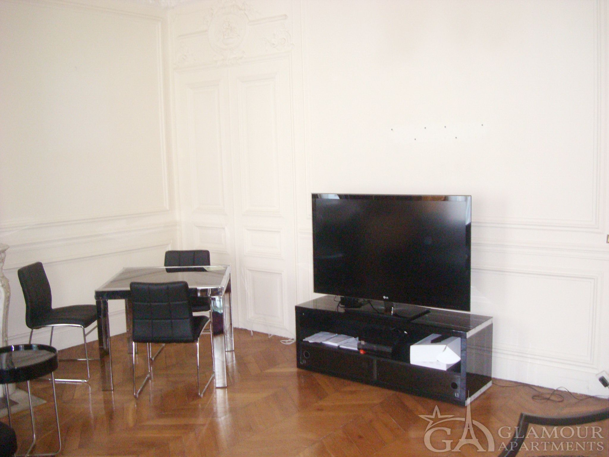 Large Paris three-bedroom apartment at Rue Linkoln | 75008