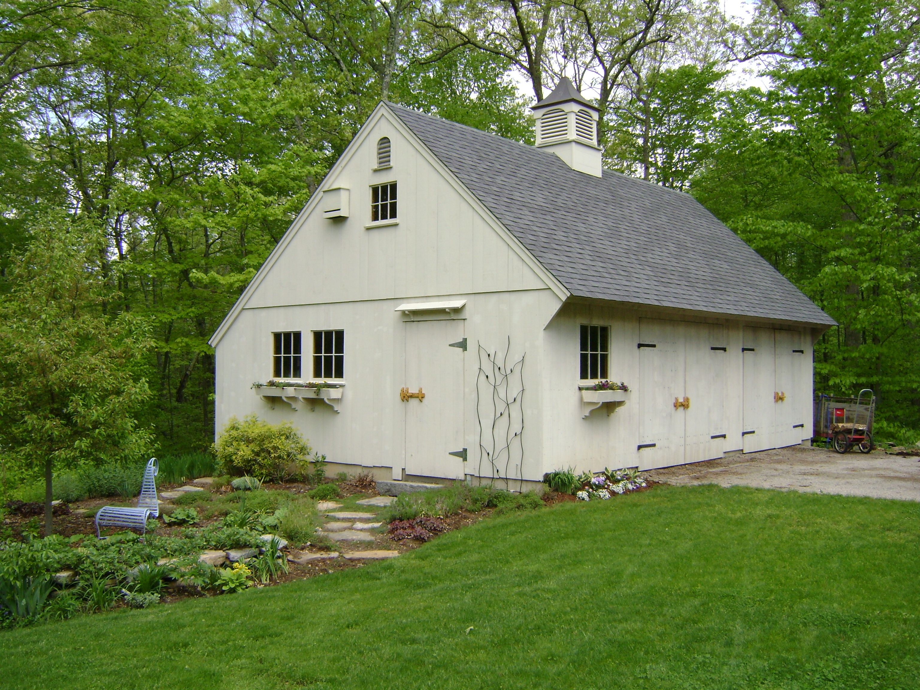 Our 22 X 30 Carriage House With 10 12 Roof Pitch Www Countrycarpenters Com New England Style Roof Architecture Shed