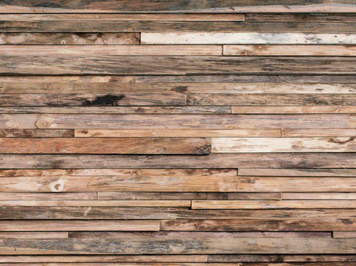 Die Holzverkleidung an der Wand garantiert ein warmes und ...