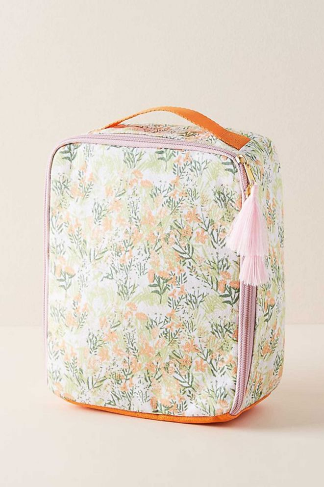 The pretty floral pattern on this lunch bag will make you smile every time you open it -- even at your office! #lunchideas #lunchboxideas #lunchbags #shopping