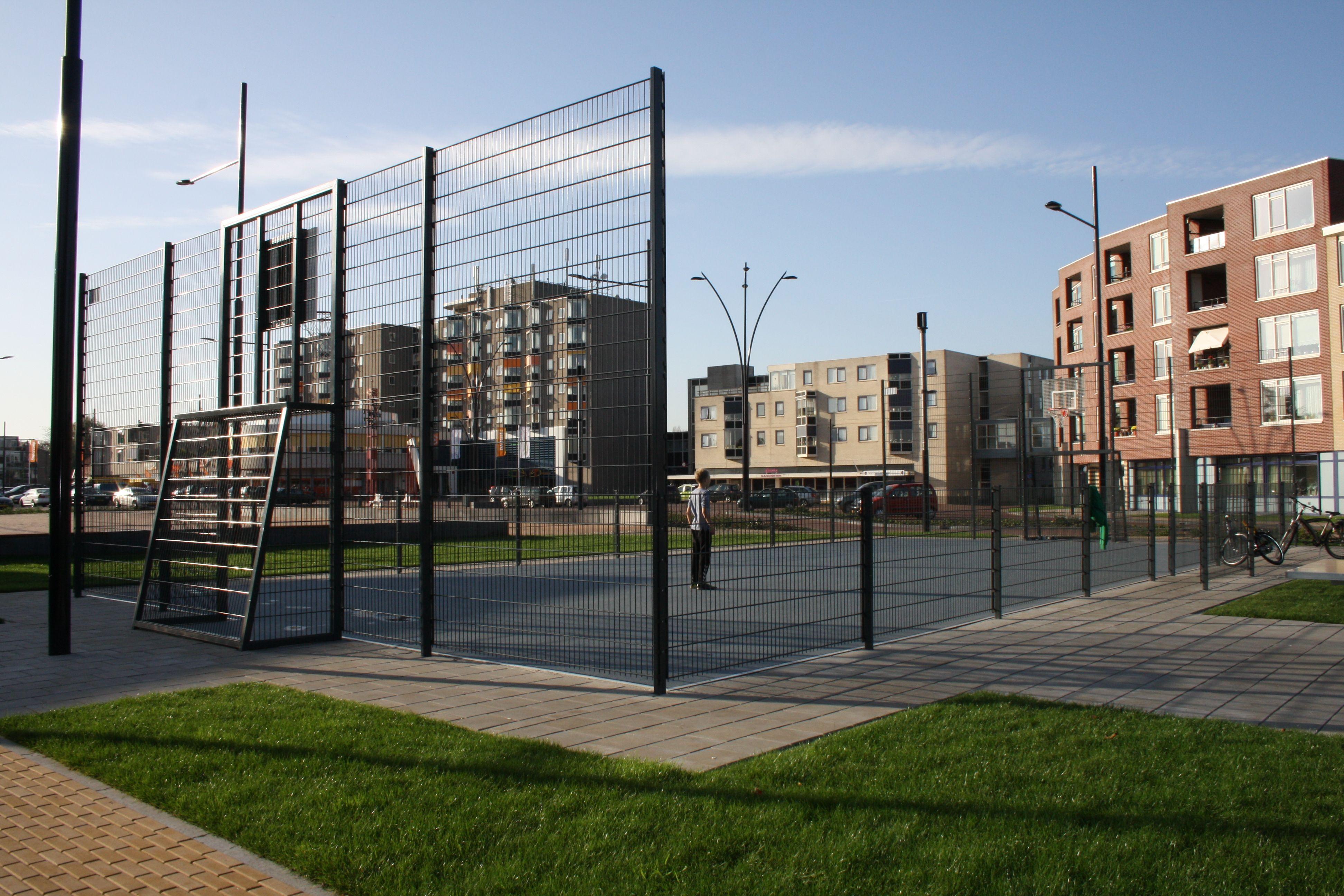 grote sportkooi met rubberen gietvloer basketbal en