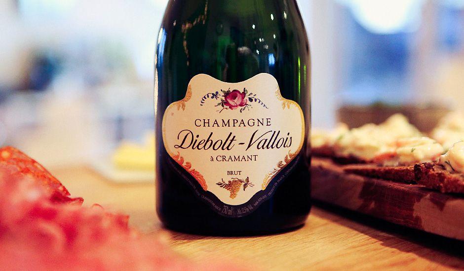 Nå skal det sies at lista mi med favoritt-champagner er forholdsvis lang, men at denne er en viktig del av gjengen er det liten tvil om. En nydelig balansert vin med behagelig kremet mousse som både er bredt tilgjengelig (basisutvalg) og pent priset (37