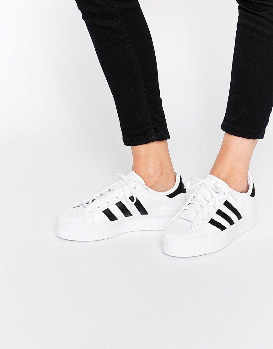 newest 49db0 1b675 Zapatillas de deporte en blanco y negro Superstar Rise de adidas Originals.  Zapatillas de deporte en blanco y negro Superstar Rise de adidas Originals  ...