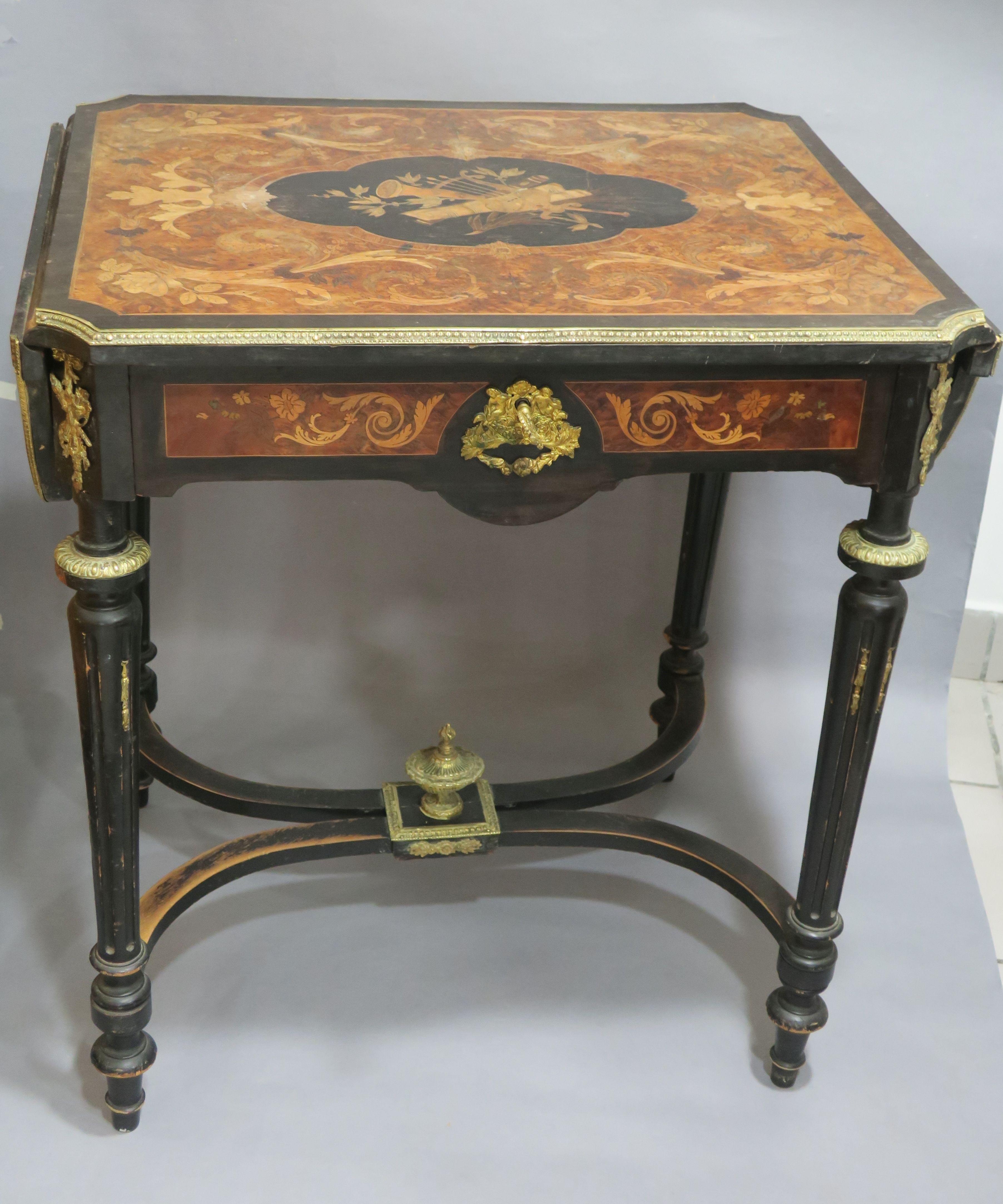 Belle table à volets en bois noirci marquetée de rinceaux, feuilles ...