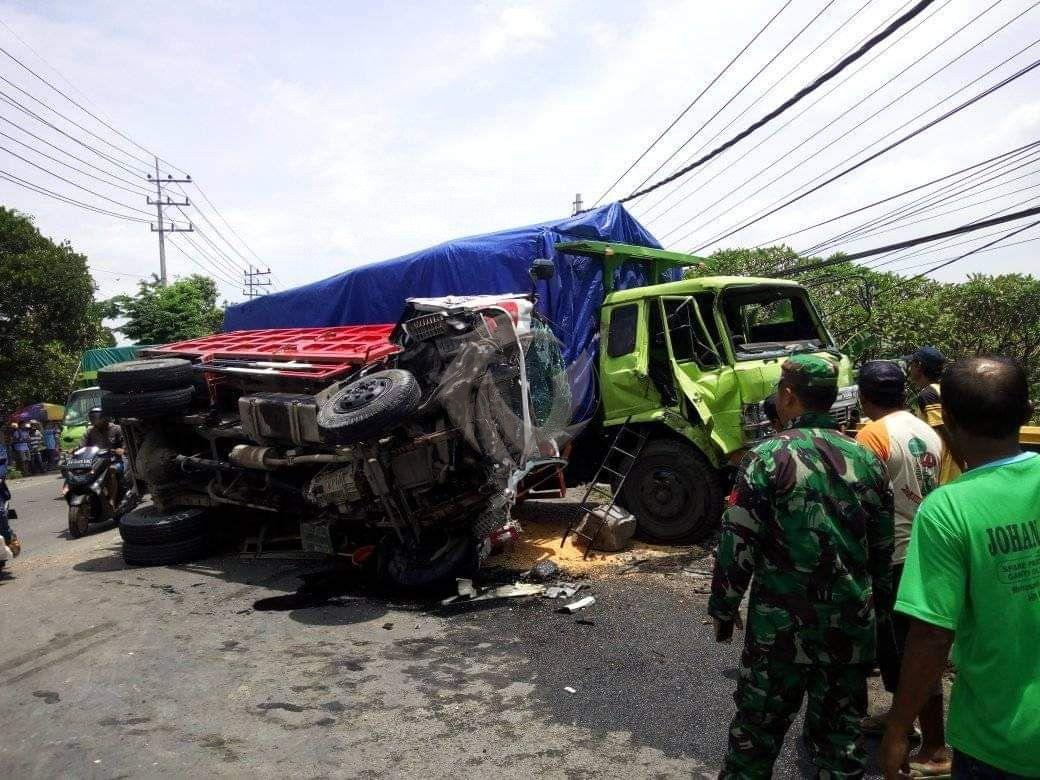 Akibat Ban Pecah Dua Truk Di Mojokerto Bertabrakan Dua Orang Terluka Faktualnews Co Truk Monster Truk Kendaraan