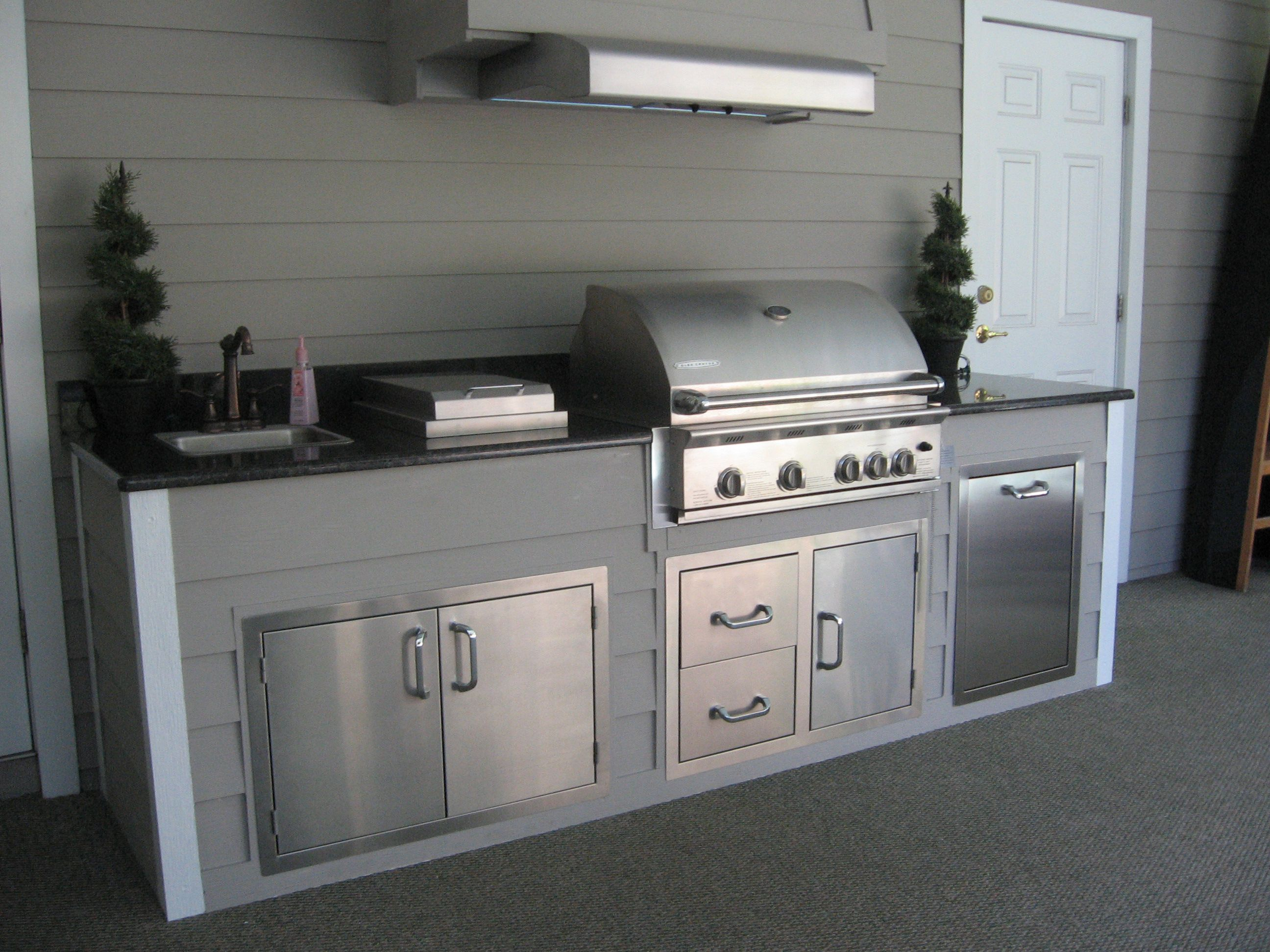 A cute little outdoor kitchen we made in Orlando ...