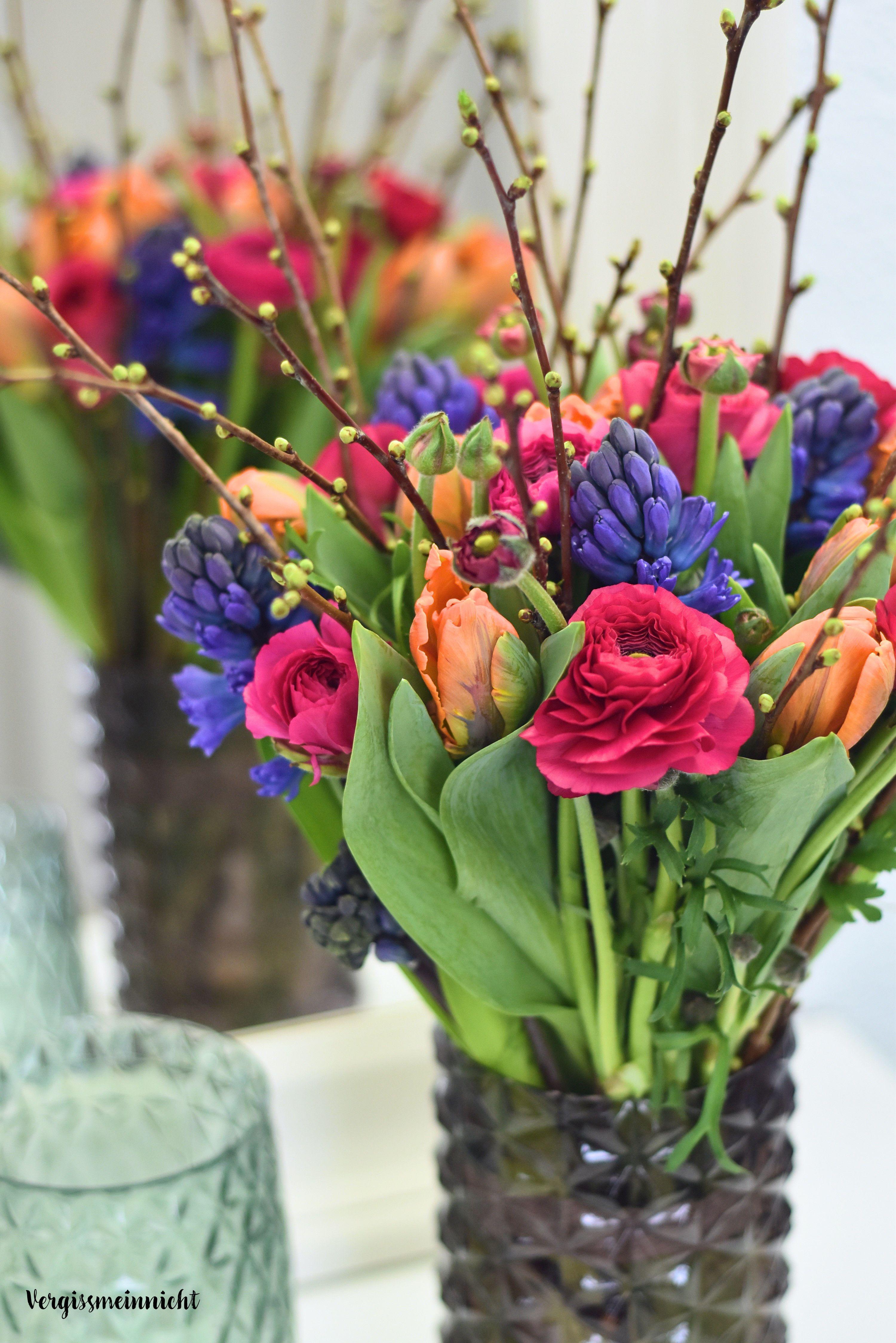 Passend zum Frühlings gibt es ein Frühlingsstrauß mit Ranunkeln, Tulpen, Hyazinthen und Zweigen. Mit Anleitung auf dem Blog zum nach machen. Ein schöner Frühlings Strauß aus frischen Blumen #frühlingblumen