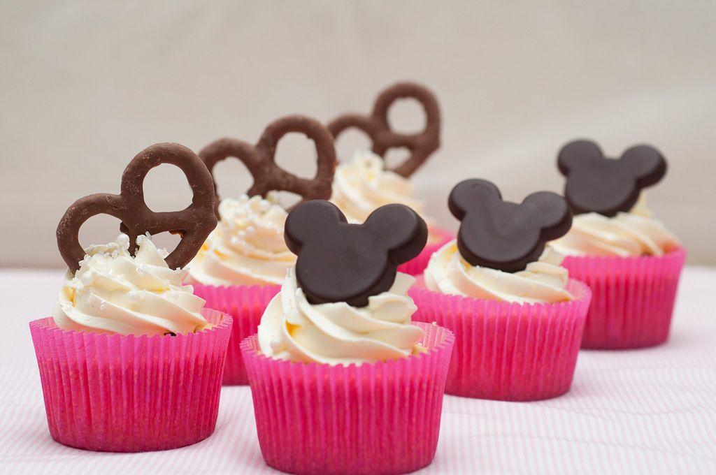 Cupcakes+de+baunilha+com+recheio+de+brigadeiro+de+chocolate+amargo+e+cobertura+de+buttercream+de+baunilha.