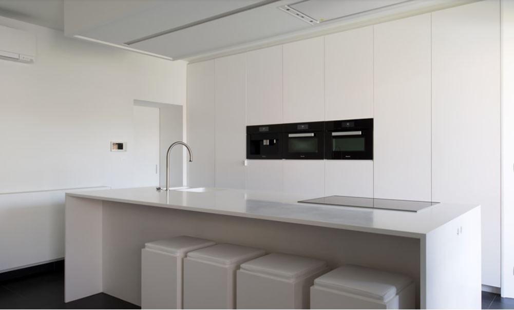 Moderne witte keuken met kookeiland. keukeninspiratie. moderne