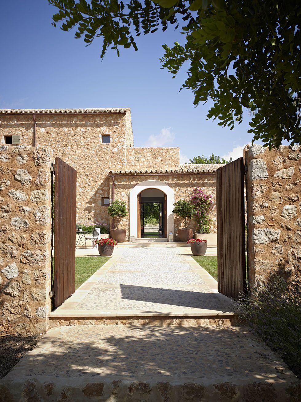 Peque a vivienda estilo tradicional exteriores r sticos e for Puertas para casas rusticas