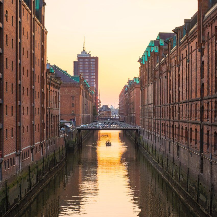#Hamburg hat sein erstes Weltkulturerbe: Die Unesco hat die Speicherstadt zusammen mit dem angrenzenden Kontorhausviertel in die begehrte Liste aufgenommen. Der Naumburger Dom schaffte es dagegen nicht auf das Dokument.
