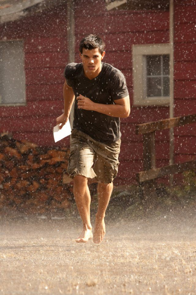 Taylor Lautner. My first thought: Aw, he's delivering a letter... (Okay, he's not but let's pretend) --> I wish my mailman looked like this!