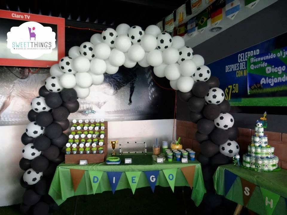 Arco de globos sobre mesa de postres Baby Shower futbol   Baby ...