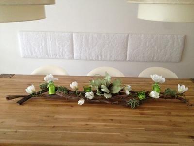 mooie tafeldecoratie, gemaakt van houten takken, foambloemen, kleine vaasjes e.d