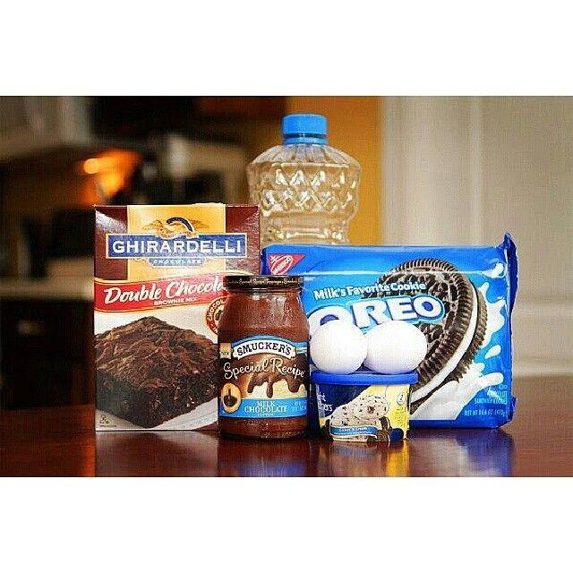 مسا الخير كيكة زوارة اليوم كل الي تحتاجينه براونيز ميكس جاهز بيضتين ثلث كوب زيت نص كوب ايس كريم كوكيز اند كريم Oreo Fudge Brownie Recipes Brownie Mix Recipes