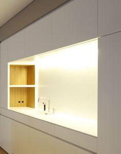 Custom Made White Kitchen With Nice Wooden Interior By Holzrausch Holzrausch Minimalkuche Kuchen Esszimmer Ideen