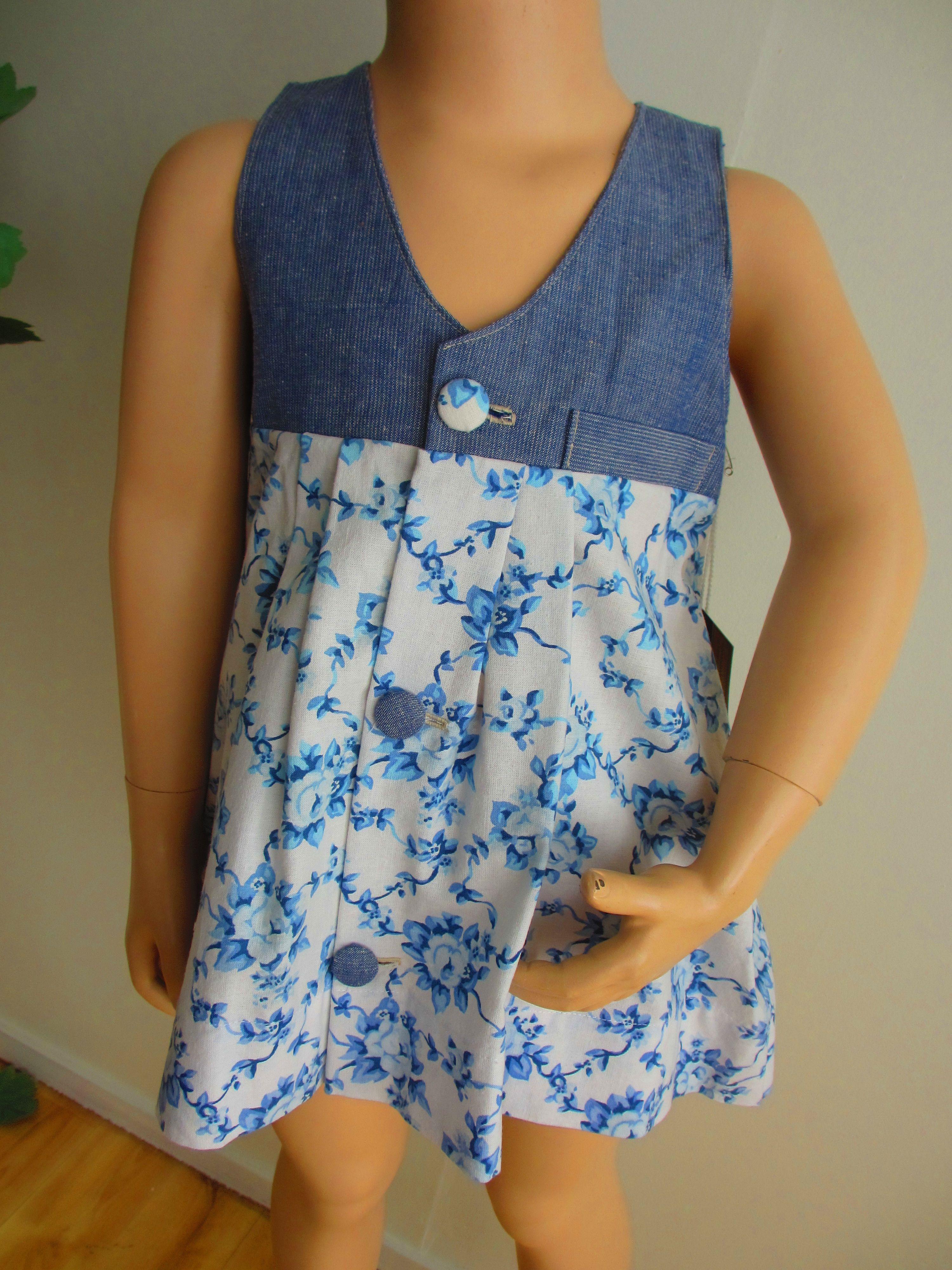 Pienen tytön sinivalkoinen kesämekko