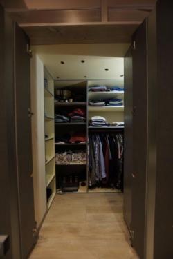 Hochbett mit begehbarem kleiderschrank  Ich biete ein vom Schreiner gebautes Hochbett, welches auf einem ...