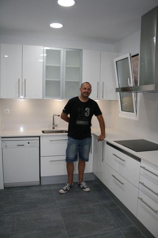 Cocina en blanco brillo lux i silestone blanco norte con - Iluminacion led en cocinas ...