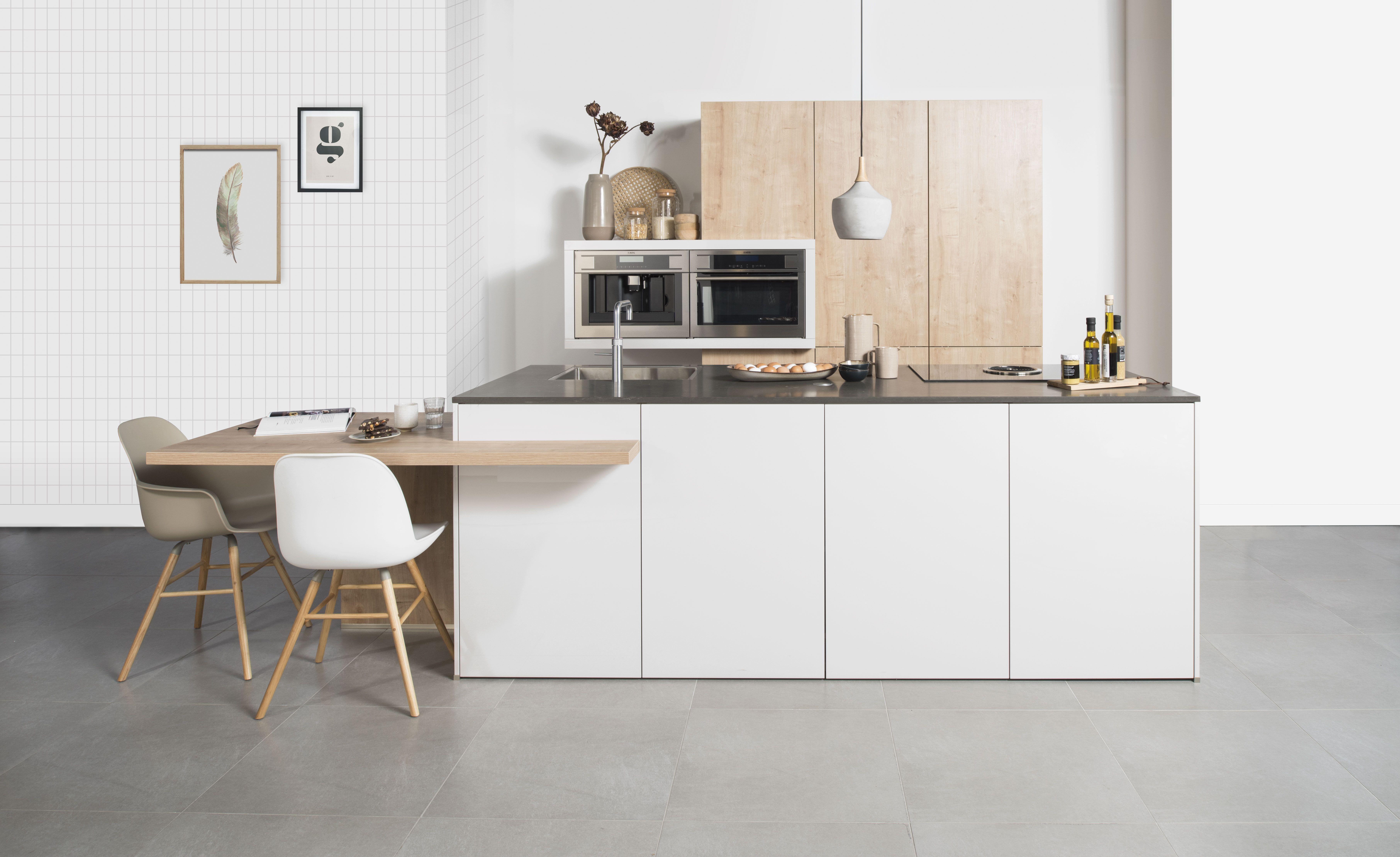 Kastjes Open Keuken : Keukenwerkplaats b met werkbank en houten kasten