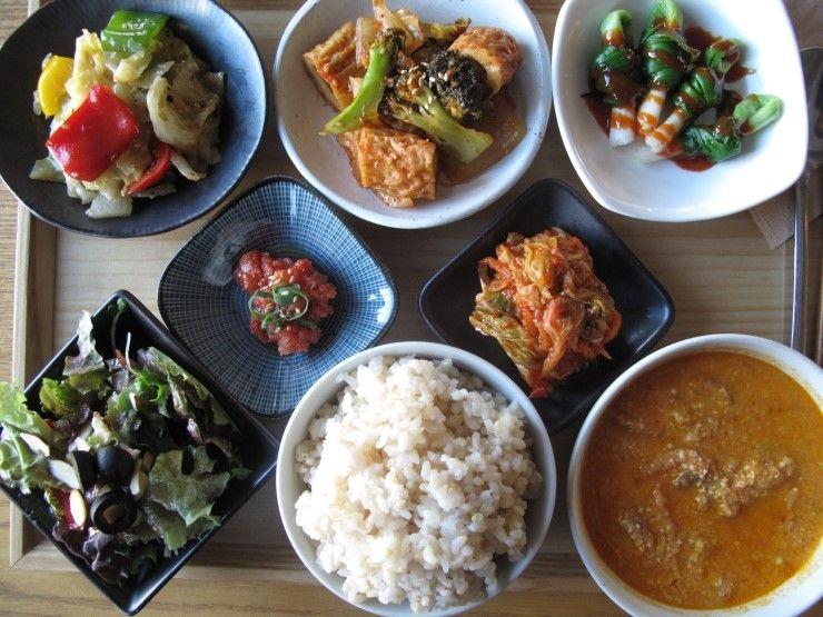 2012년 12월 26일 수요일 그때그때 밥상입니다. 콩비지 찌개, 브로콜리 어묵 조림, 양배추 볶음, 쪽파 초회, 김치, 현미밥, 양파드레싱 샐러드 가 준비되어 있습니다. 그럼.. 오늘도 좋은 하루 되세요 :)