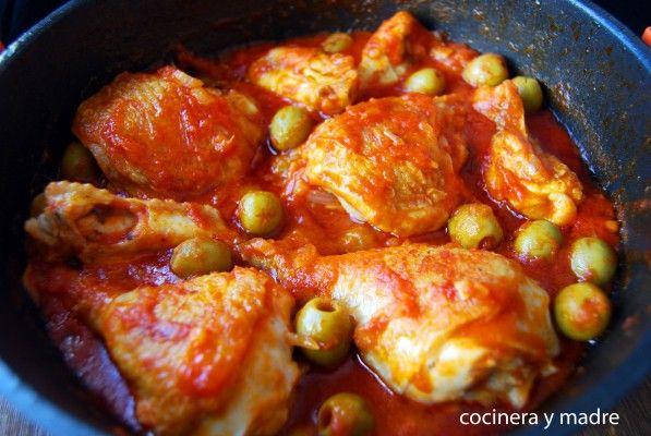 Pollo Con Aceitunas Cocinera Y Madre Pollo En Salsa De Tomate Pollo Con Tomate Pollo