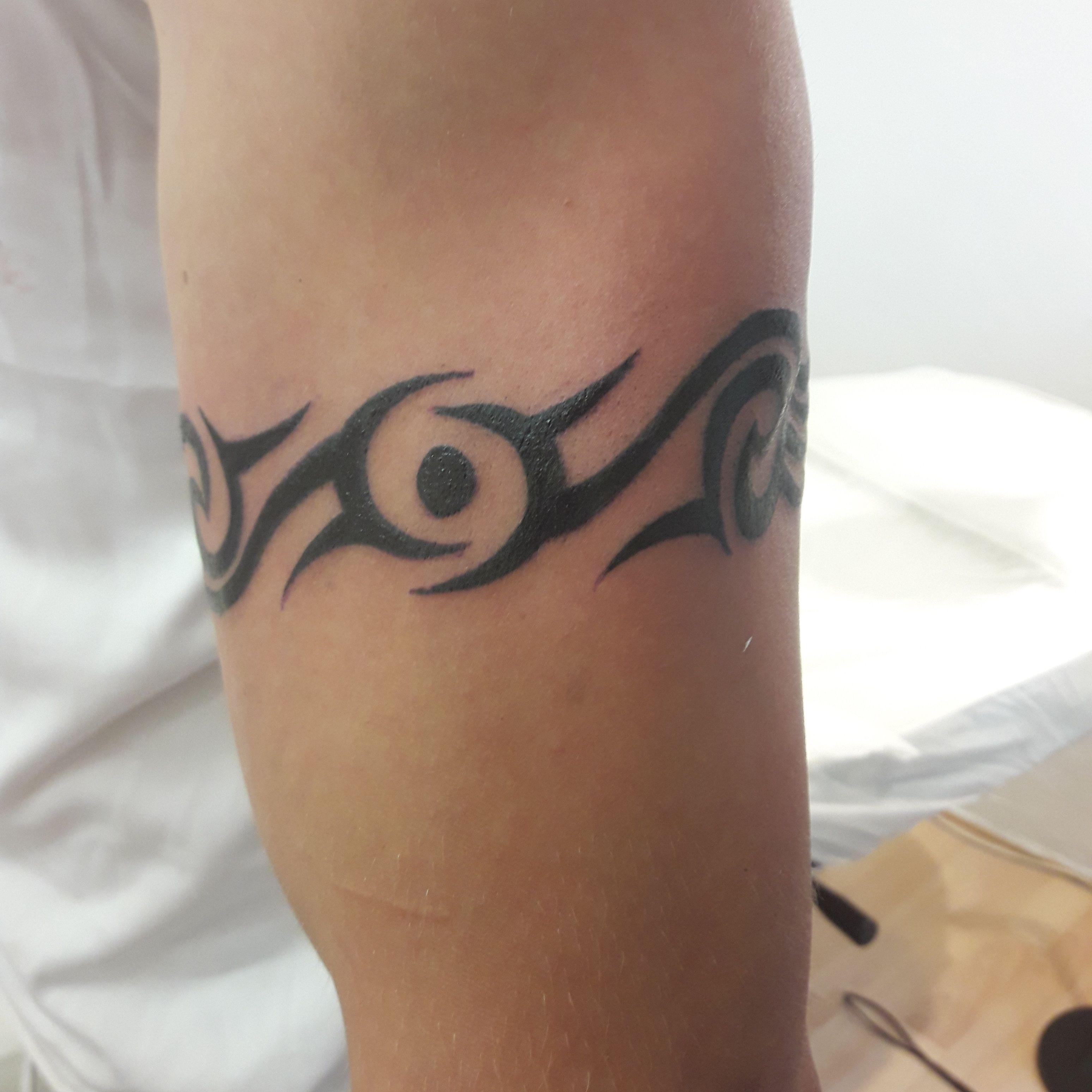 Tribal tour de bras galerie tatouage - Tatouage homme tour de bras ...
