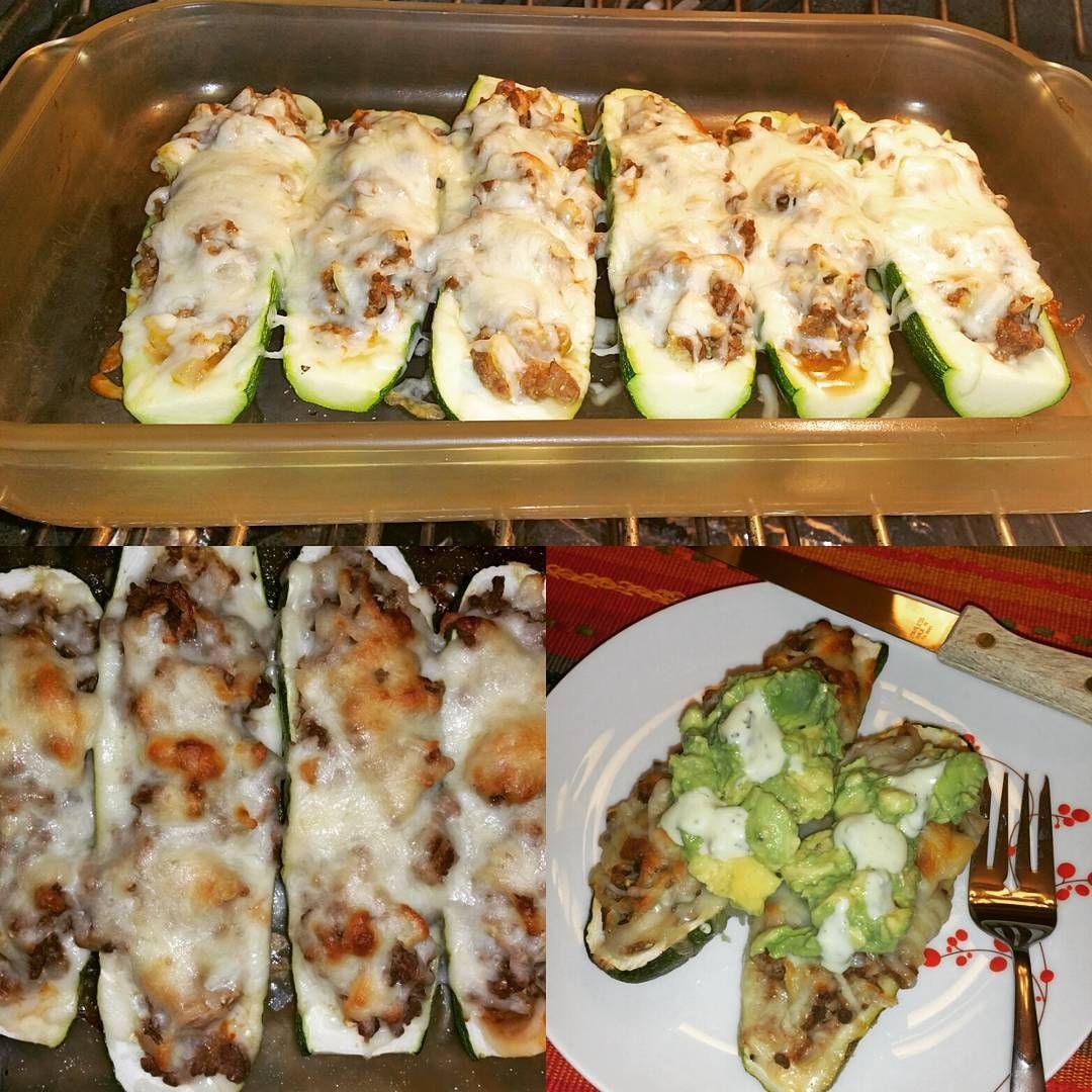 Abobrinhas assadas recheadas com carne, queijo e legumes.