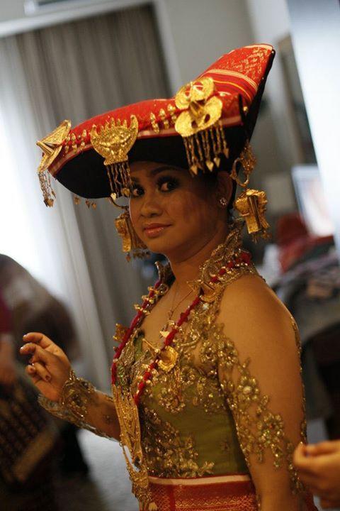 Pengantin perempuan dalam pernikahan adat Batak Karo menggunakan tudung yang kainnya terdiri dari Uis jujung-jujungen untuk melapisi bagian atas tudung dan uis nipes sebagai kain dasar tudung.
