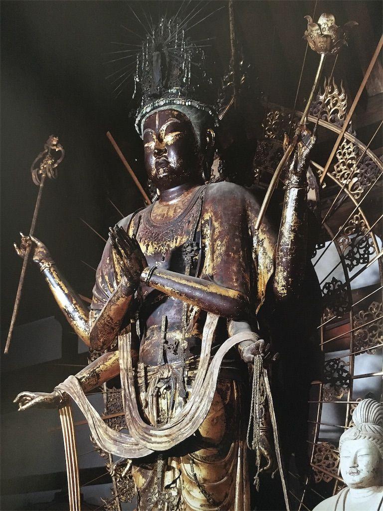 東大寺法華堂の巨大仏像群は圧倒...