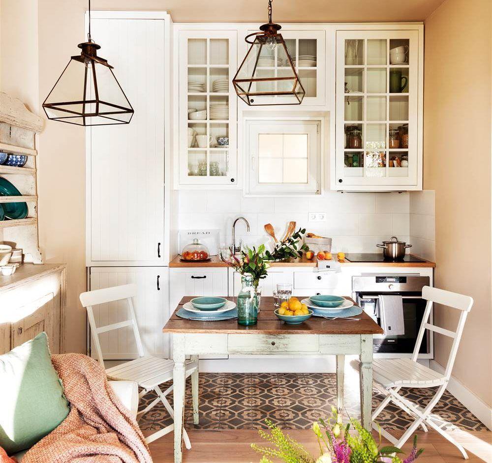 Vista de rincón de office en cocina pequeña en blanco y con ventana ...