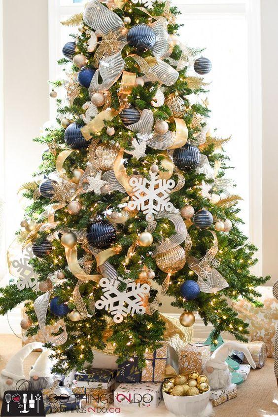 Pinos de navidad en azul y dorado arboles de navidad en for Decoracion christmas navidenos