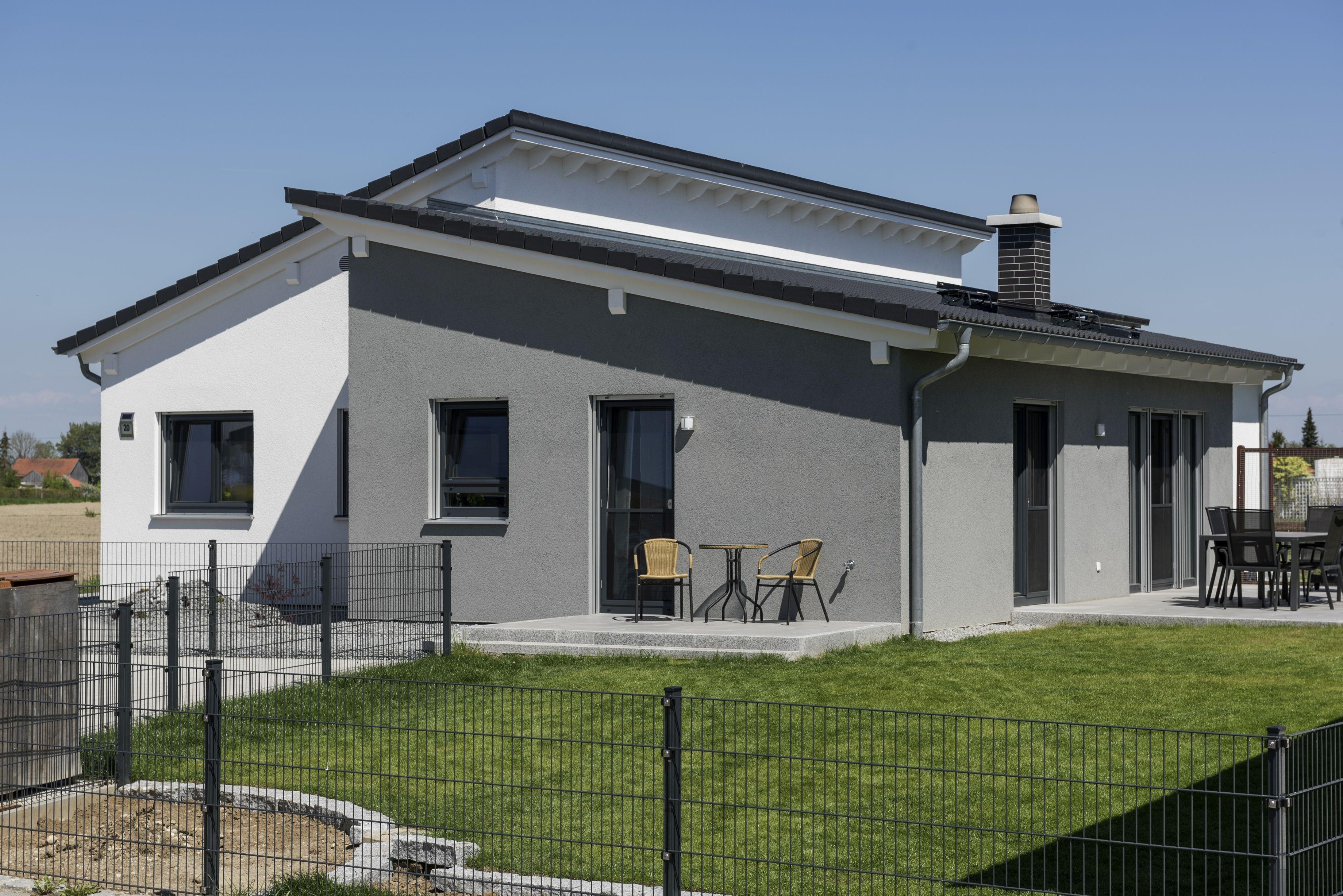 ein versetztes pultdach verleiht diesem bungalow ein modernes erscheinungsbild individuell. Black Bedroom Furniture Sets. Home Design Ideas